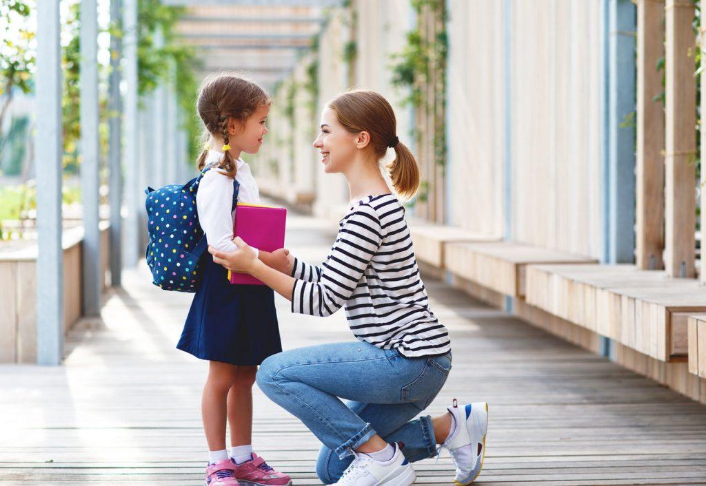 Mãe deixando filha na escola.